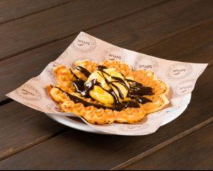 Waffle com sorvete e molho de vinho tinto