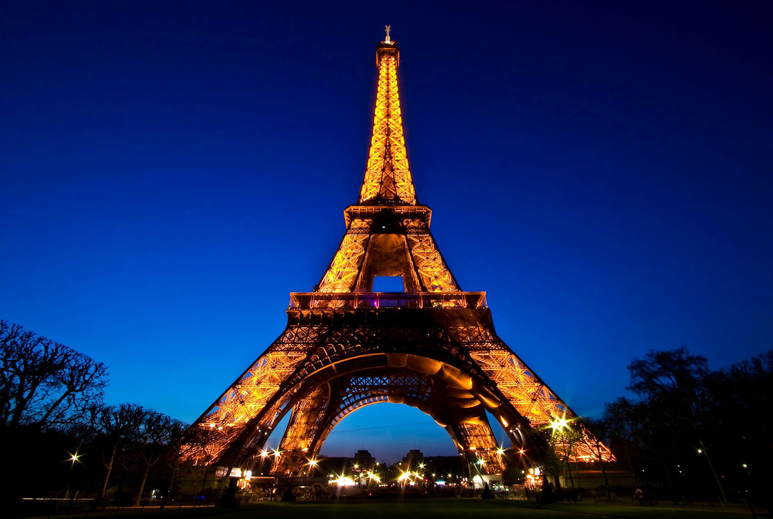 _eiffel_tower_against_the_night_sky_058012_