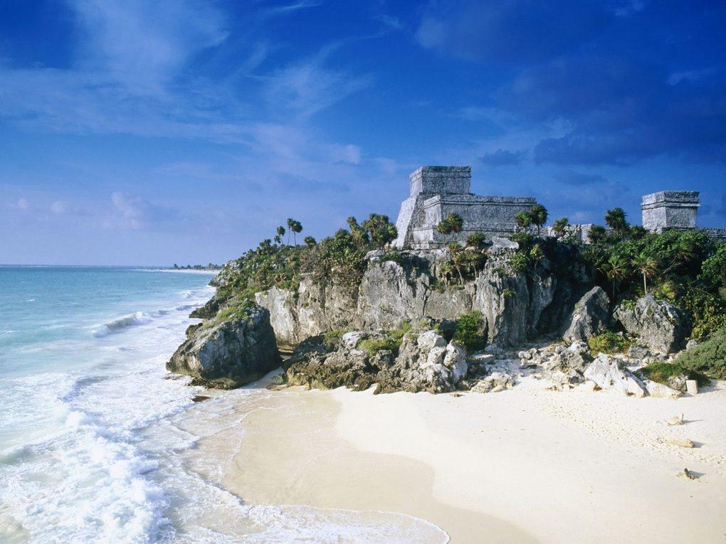 O Castelo de Tulum à beira da praia.