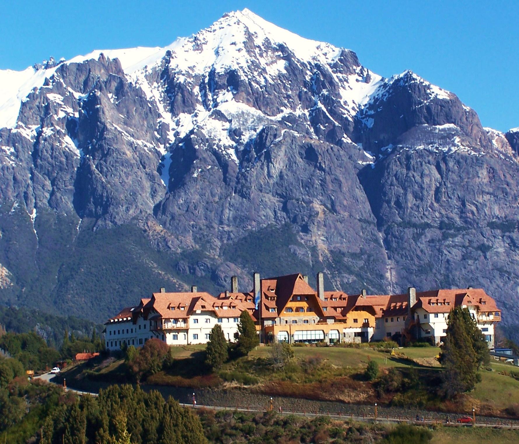 O famoso Hotel Llao Llao compõe a paisagem de Bariloche
